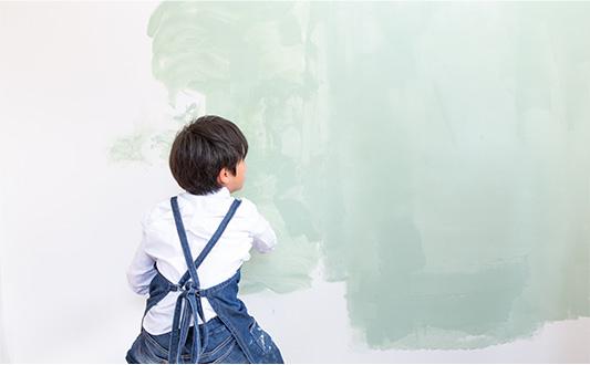 子供がオガファーザーにデュブロンを塗ってる画像